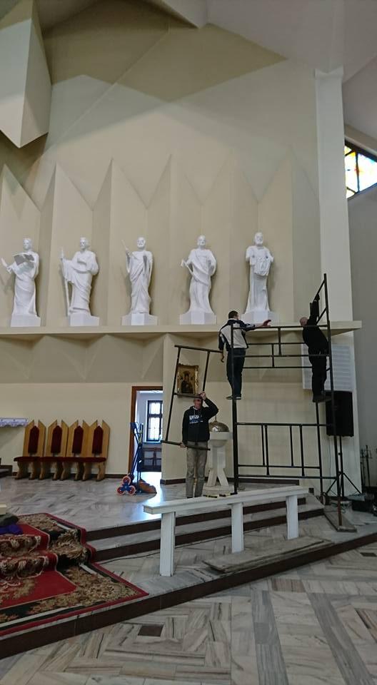 Montaż kolejnych figur Apostołów