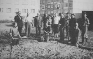 Kopanie fundamentów pod kaplicę, 1982r.