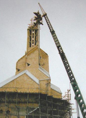 Montowanie krzyża na wieży, 1993r.